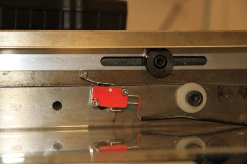 Det er en slik rund trigger for mikrobryteren på hver ende. Bildet viser den ende hvor det ble pent :).